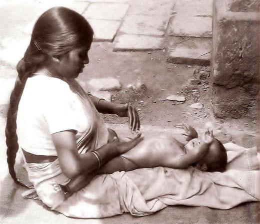 Child massage http://www.cosmetologas.com/data/img_cont/fk_editor/image/shantala_01_1215.jpg